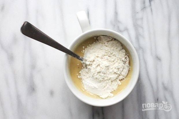 А потом добавьте сахар, муку и разрыхлитель. Ещё раз перемешайте.
