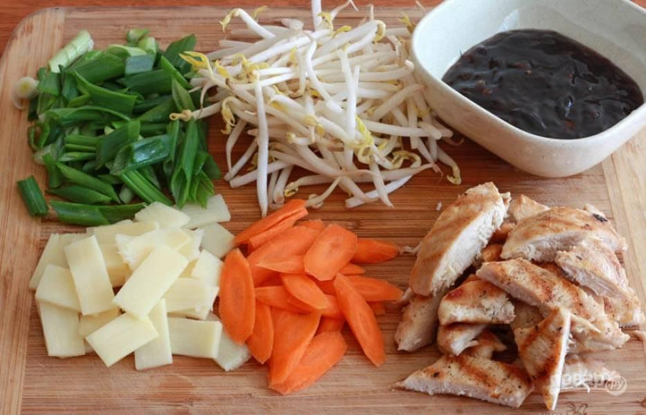 Курицу порежьте некрупно, измельчите все овощи, подготовьте остальные ингредиенты.