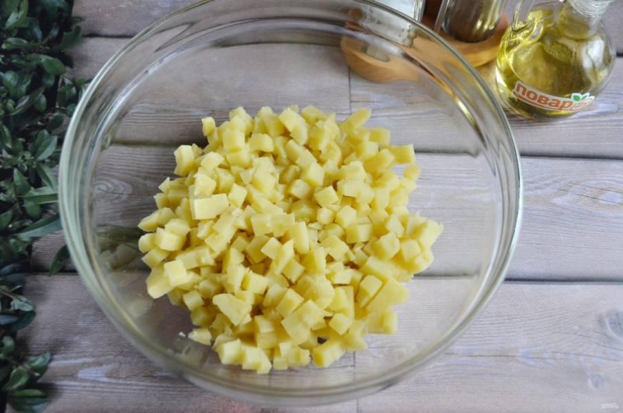 2. Очищенный картофель порежьте кубиками. Положите в глубокую миску.