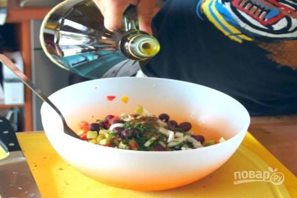 Приправьте салат оливковым маслом, перемешайте.