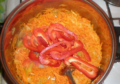 Лук нужно порезать, морковку — натереть на терке. Пассеруйте овощи на горячем растительном масле в сковороде на плите. Затем добавьте нарезанный пластинками и очищенный от семян болгарский перец.