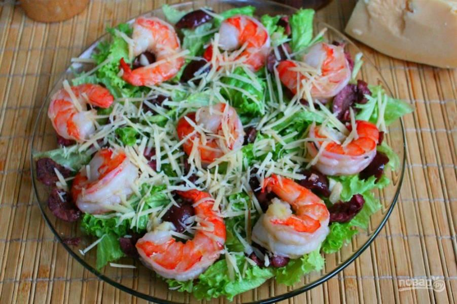 Посыпаем салат тертым сыром и поливаем соевым соусом.
