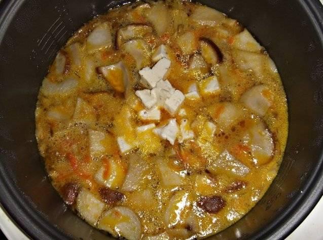 Выкладываем плавленый сыр в суп и тщательно перемешиваем все, пока он полностью не растворится.