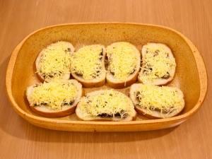 Присыпаем тертым сыром и запекаем в духовке 15 минут, температура 180 градусов.