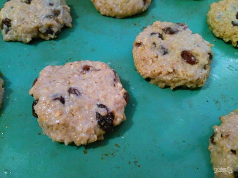 Сформируйте из полученной массы печенье, смачивая руки в воде. Разместите его на подготовленном противне.