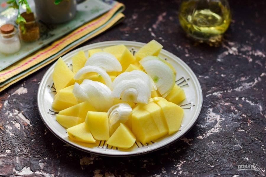 Лук очистите, сполосните, просушите. Нарежьте полукольцами и добавьте к картофелю.
