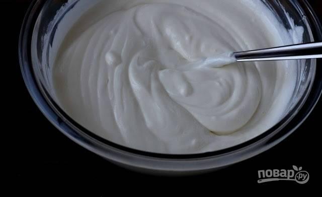 1. Этот крем мне нравится тем, что его можно приготовить всего за пару минут, соединив в мисочке два основных ингредиента — сметану и сахар. Количество сахара регулируйте по собственному вкусу.