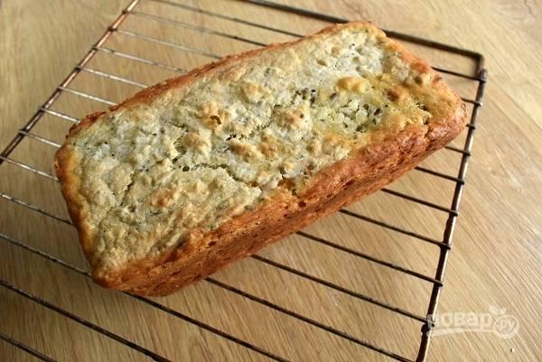Готовый хлеб остудите немного в форме, а затем под х/б полотенцем на решетке.