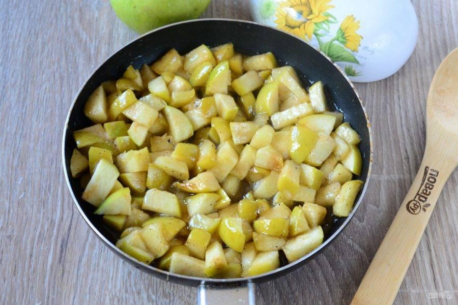 Готовьте яблоки, часто помешивая, до мягкости и легкой карамелизации.