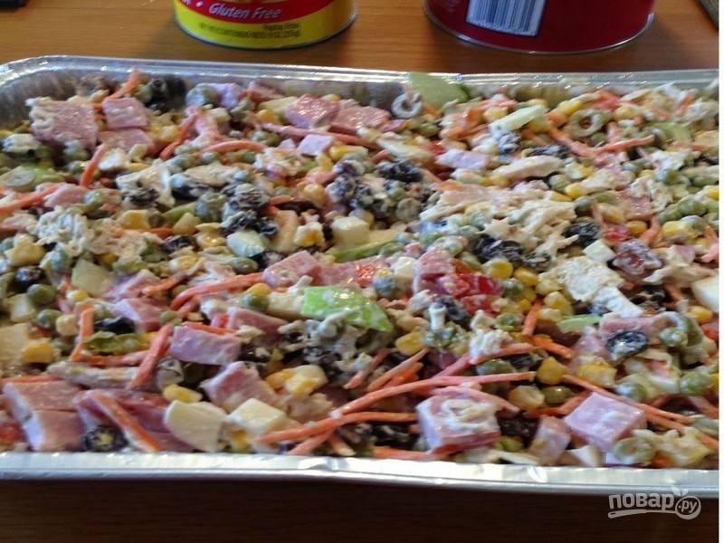Перемешайте салат, приправьте его солью, если необходимо, и поставьте в холодильник до подачи на стол.