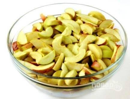 """Яблоки необходимо помыть и нарезать дольками. Включаем мультиварку в режиме """"Варенье"""" и время — 1 час."""