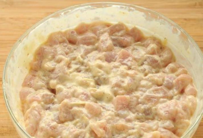 Накройте фарш крышкой и отправьте в холодильник мариноваться хотя бы на 2-3 часа. В идеале приготовить фарш с вечера и оставить в холодильнике на ночь.