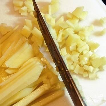 Картофель нарезаем очень тонкими кубиками.