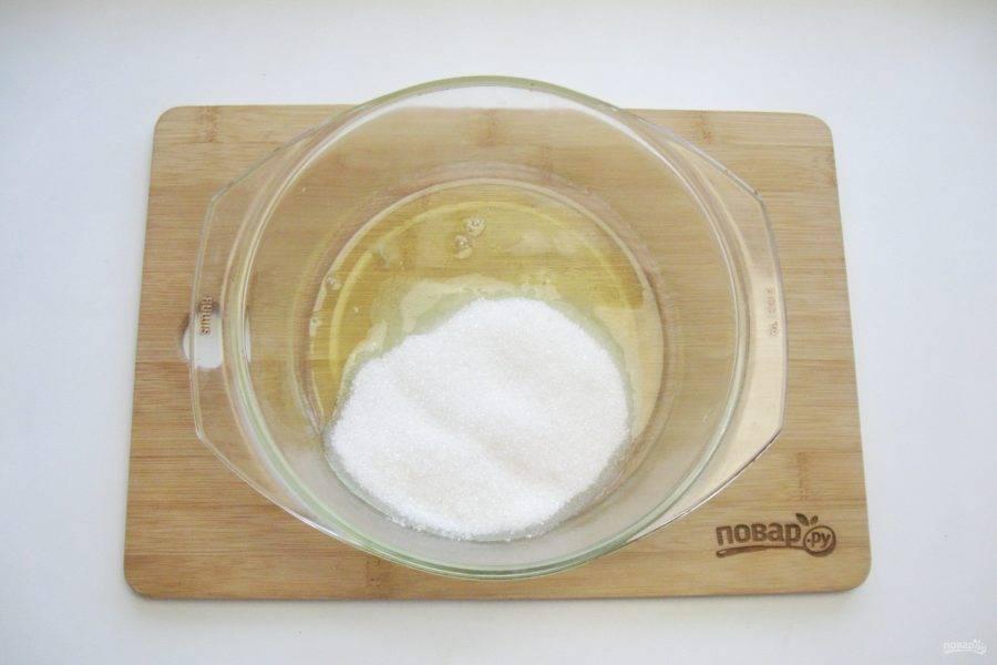 Добавьте сахар и лимонную кислоту. Можно добавить ванильный сахар. Кастрюлю наполните водой и поставьте на плиту, доведите до кипения.