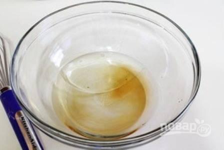 Включаем духовку, пусть нагревается до 200 градусов. Наливаем в миску воду, добавляем растительное масло и уксус.