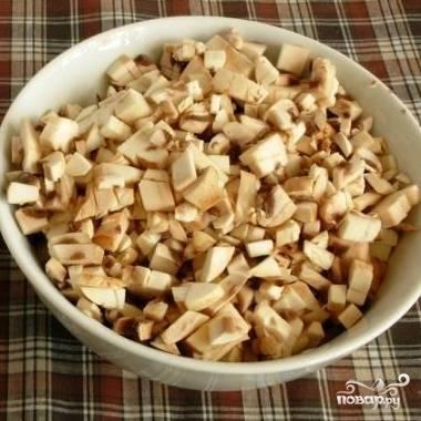 Первым делом отваренное куриное мясо и свежие грибы нарежем на мелкие кусочки.