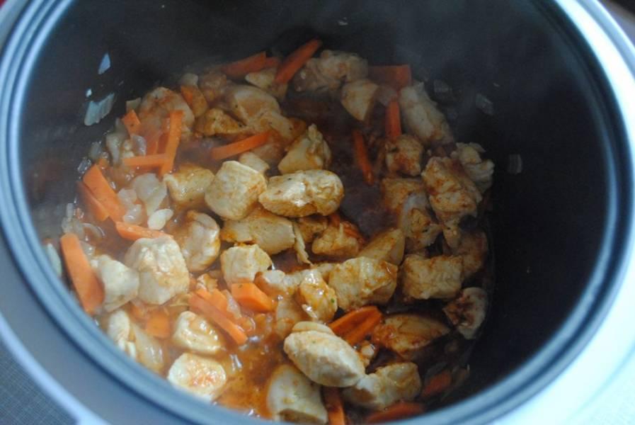 """Добавляем овощи в мультиварку, заливаем 100 мл воды теплой, не забываем посолить, поперчить, добавить приправы. Продолжаем режим """"Тушение"""" на 20 минут. Филе должно приготовиться."""