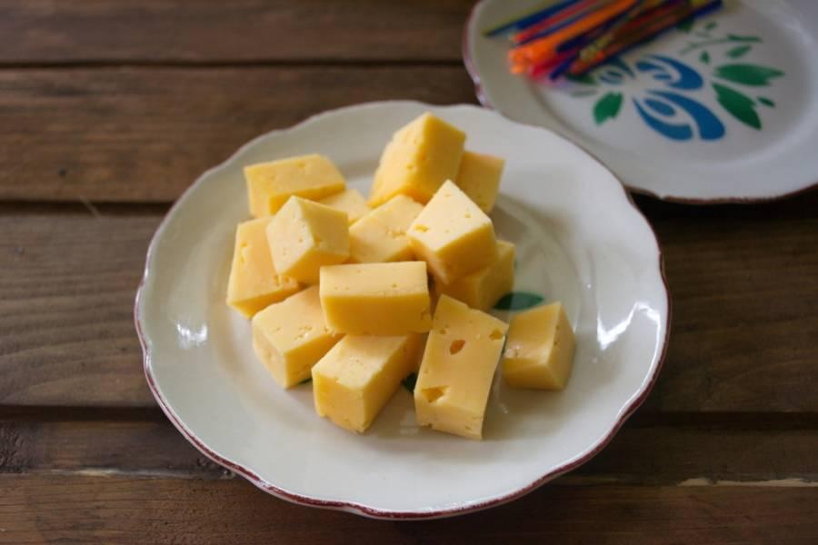 Твердый сыр нарезаем на крупные кусочки.