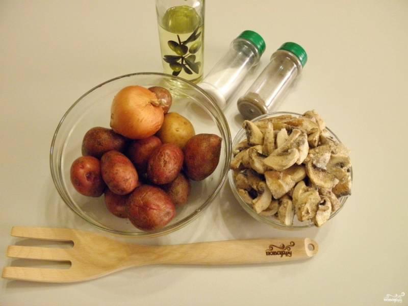 Приготовьте овощи и шампиньоны. Для рецепта пригодятся не только свежие, но и замороженные шампиньоны. Размораживать предварительно их не нужно.