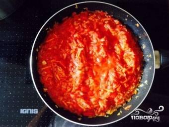 6.Добавляем затем томатный сок (заправку) и тушим все овощи еще минут семь, после чего снимаем их с огня.