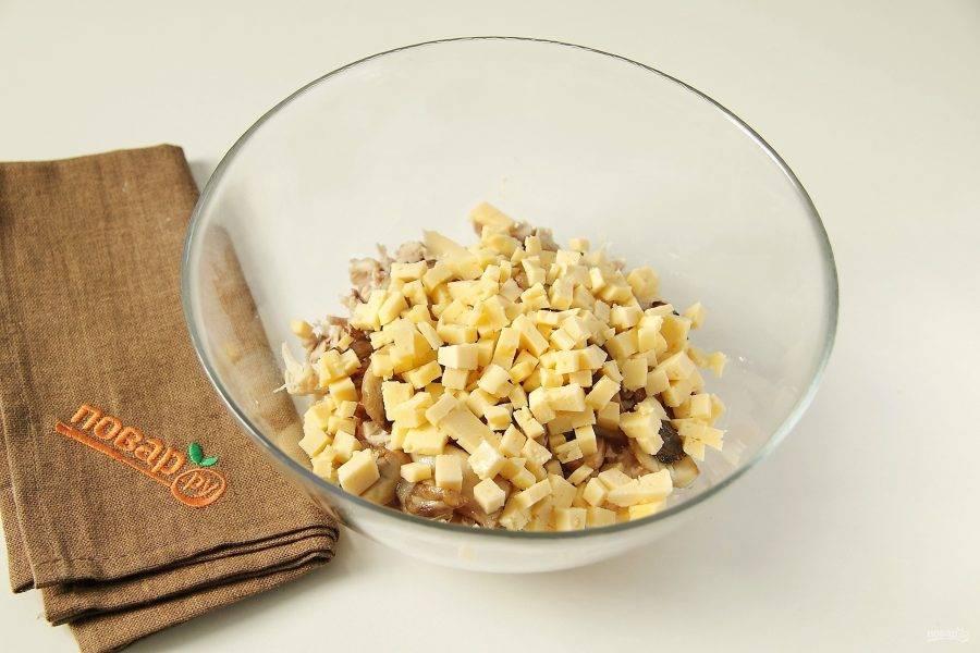 Добавьте нарезанный небольшими кубиками сыр.