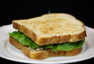 Сверху можно накрыть еще одним куском хлеба.