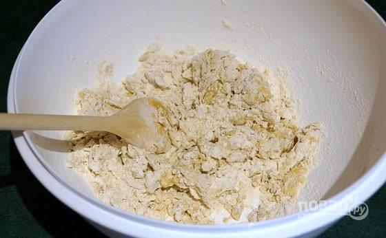 2.Сначала замешивайте тесто деревянной лопаткой, пока оно не соберется в единый ком.