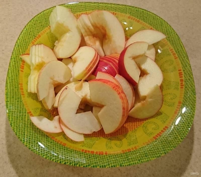 Порезать яблоки.