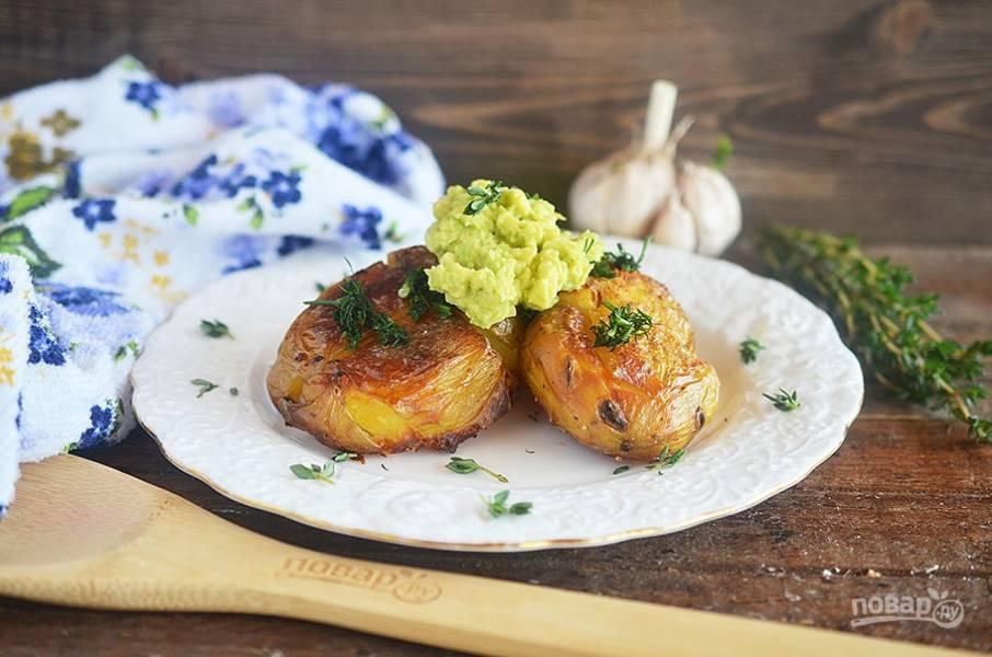 Запеченый картофель с соусом из авокадо