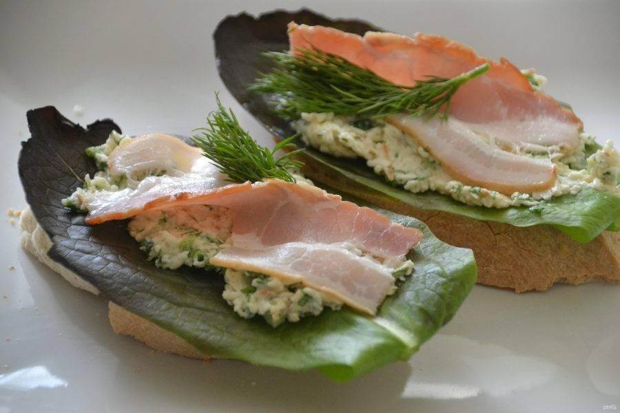 Вариант третий: батон, лист салата, сырная масса, бекон. Использован салат-латук.