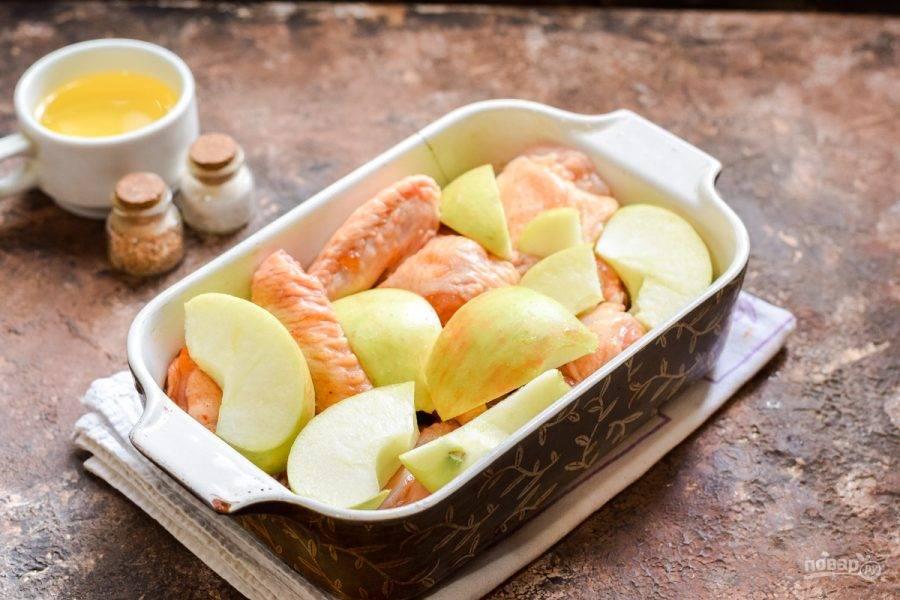 Переложите курицу и яблоки в форму для запекания, запечатайте фольгой, отправьте в разогретую до 180 градусов духовку. Запекайте 45-50 минут.