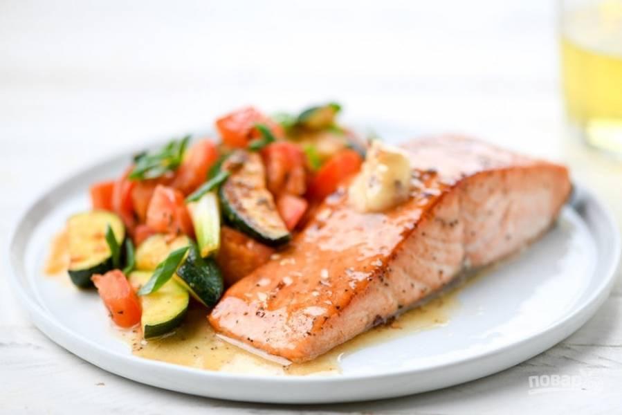 6. Подавайте рыбу с гарниром, а сверху выложите масло. Приятного аппетита!