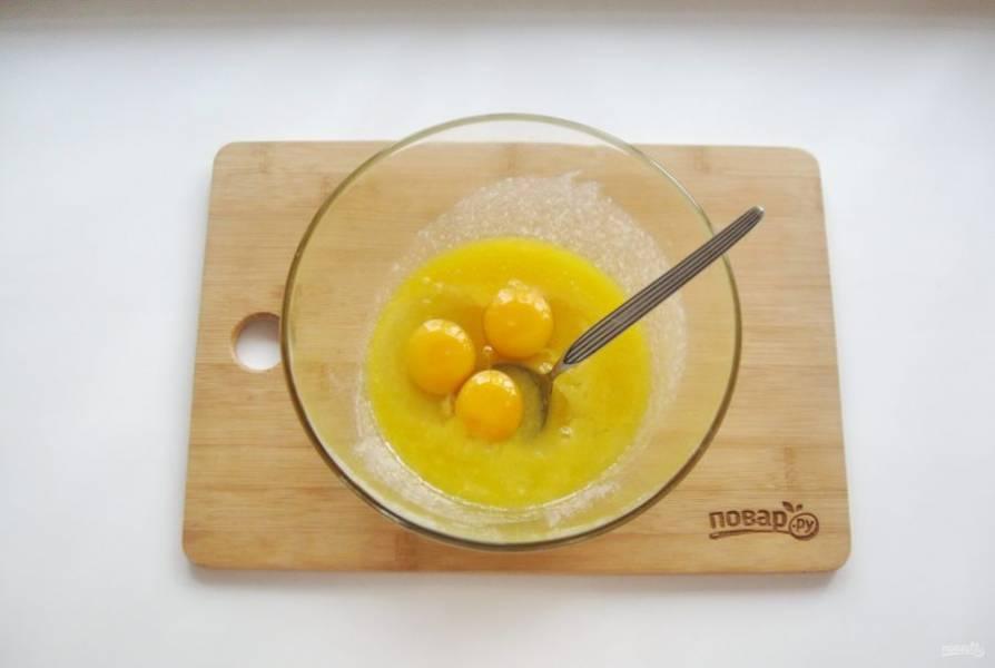 Разбейте в эту миску яйца.