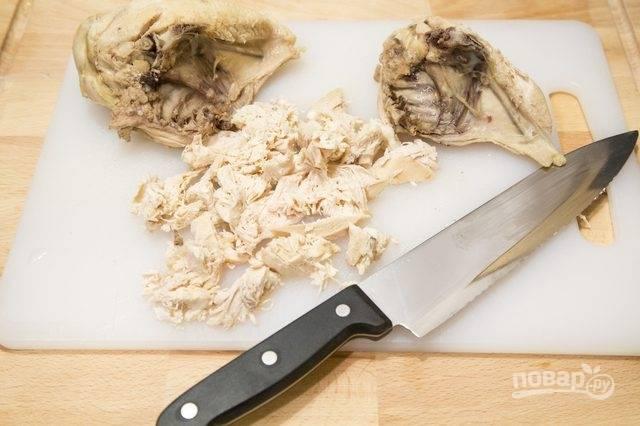 4. Грудки чуть остудите, аккуратно отделите и измельчите мясо (или мелко нарежьте его, или пропустите через мясорубку). Отправьте обратно в суп.