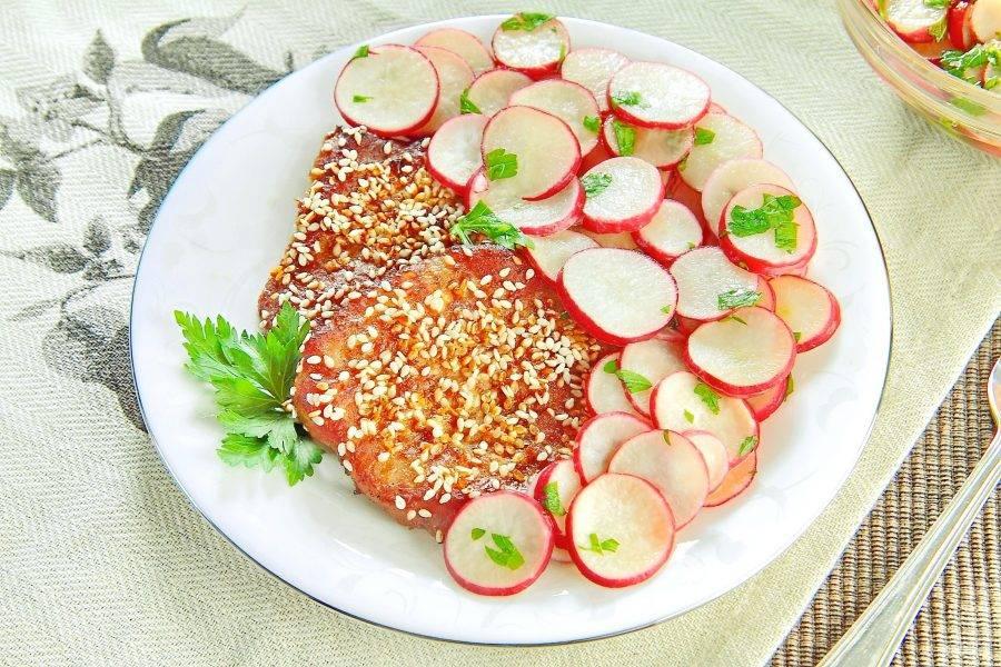 8. Подавайте мясо порционно с гарниром из редиса. Свиные отбивные с редисом по-азиатски готовы. Приятного аппетита!