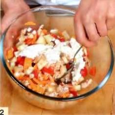 Сыр натереть на терке. Яблоки почистить от кожицы, вырезать сердцевину, нарезать небольшими кубиками. Помидор вымыть, удалить семена, мякоть нарезать кубиками. Перемешать в большой миске куриное мясо, помидор, яблоки, творог и сыр.