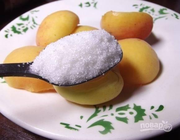 6.Добавьте к абрикосам столовую ложку сахара и разомните в пюре. Вымойте ягоды и добавьте к ним оставшийся сахар, взбейте. Смешайте оба вида пюре.