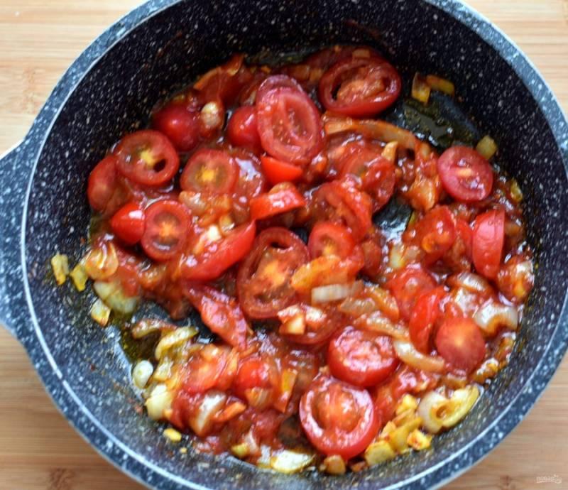 Выложите нарезанные помидоры, добавьте базилик и итальянские травы, тушите минут 15 на среднем огне.