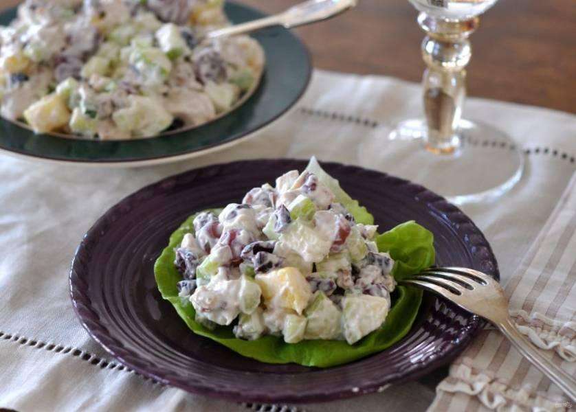 Теперь смешаем все ингредиенты, посолим по вкусу, поперчим и заправим греческим йогуртом. Подавайте салат порционно или в общем салатнике. Приятного аппетита!
