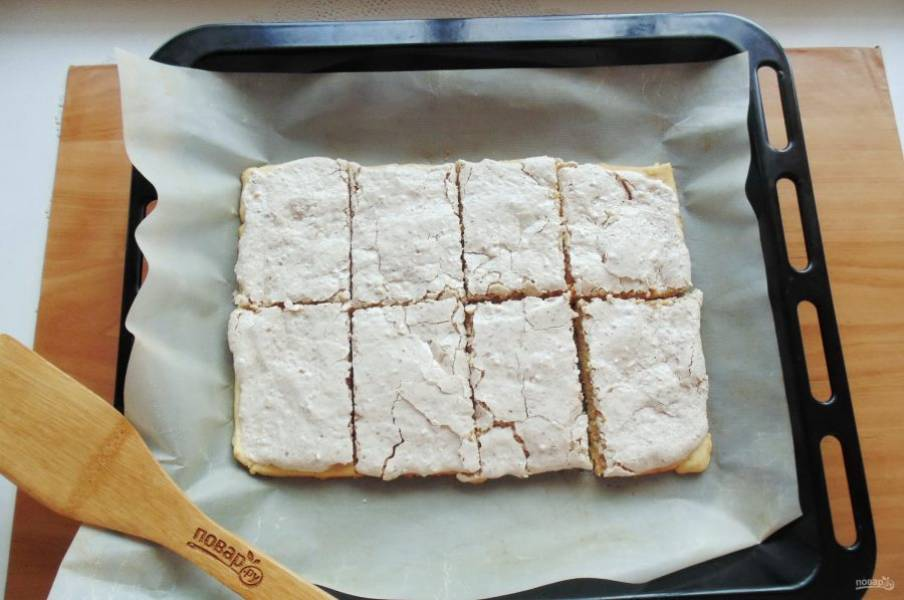 Готовое печенье достаньте из духовки и сразу еще горячим нарежьте на кусочки.