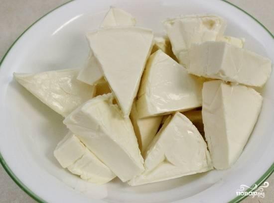 Добавляем в кипящую воду сливочный сыр, размешивая его венчиком или деревянной ложкой, пока весь сыр не растворится.