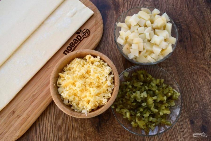 3.     Сыр натрите на терке. Огурец нарежьте мелкими кубиками. Картофель нарежьте на мелкие кубики или разомните в пюре.