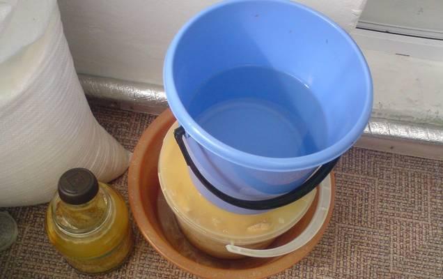 Через трое суток извлекаем грибы из воды, обсушиваем и тщательно натираем солью. Перекладываем грузди слоями в большой тазик или в бочку. Между слоями кладем чеснок и кусочки корня хрена. Верхний — накрываем несколькими слоями марли, сверху кладем укроп и листья смородины, хрена и вишни. Вновь Устанавливаем гнет (3 кг). Убираем грибы в прохладное место на 30 суток