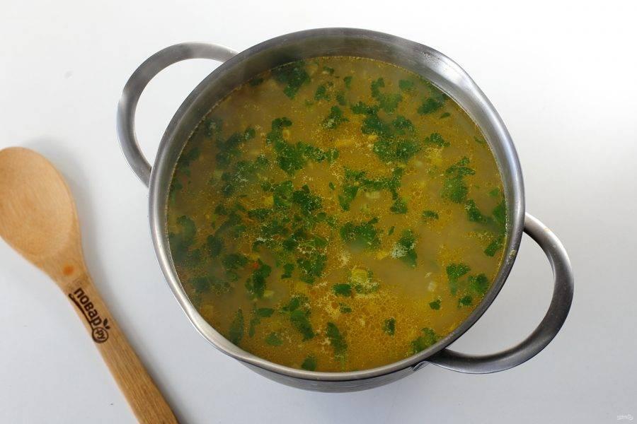 В конце добавьте специи, соль по вкусу и любую свежую зелень. Доведите суп до кипения и снимите с огня. Гороховый суп с кроликом готов. Дайте ему настояться и подавайте к столу.