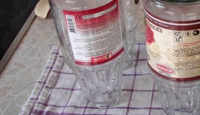 Готовим бутылки и банки для сока. Банки надо хорошенько вымыть с содой, обдать крутым кипятком (или поставить в духовку и прогреть до 100 градусов), после чего перевернуть горлышком вниз на сухое чистое полотенце и сверху накрыть проглаженным чистым полотенцем, чтобы банки не остыли. Крышки тоже нужно промыть и кипятить в воде несколько минут.