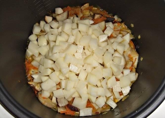 Когда режим будет подходить к концу, чистим картофель, нарезаем его кубиками и выкладываем к остальным ингредиентам.