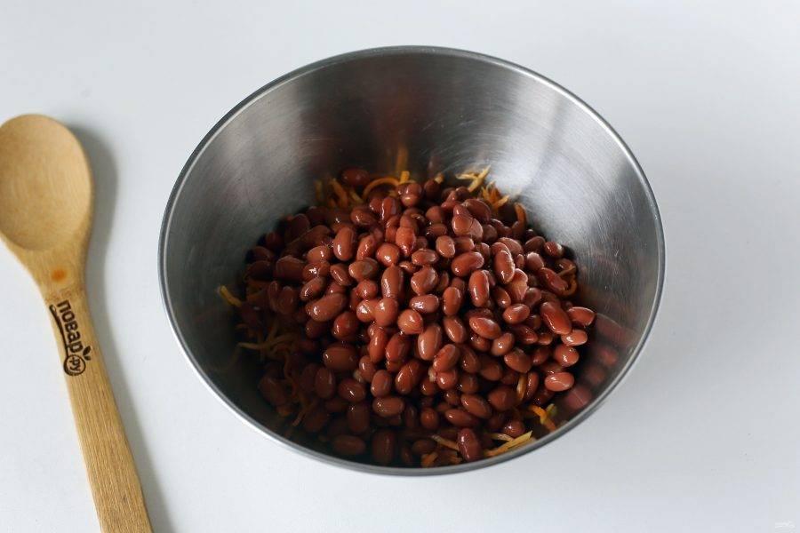 Добавьте фасоль, предварительно слив с нее жидкость.
