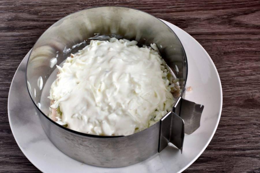 Далее  натрите на крупной терке яичные белки и уложите слоем на киви. Смажьте майонезом.