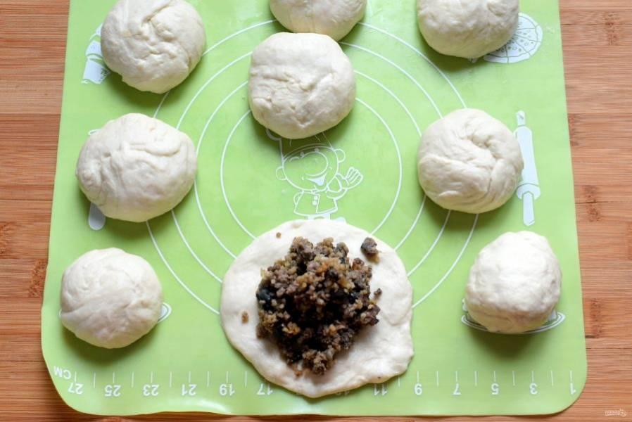 Тесто подошло, разделите его на небольшие шарики. Руками без скалки разомните нежное тесто в лепешку, выложите начинку и защипните круглый пирожок.