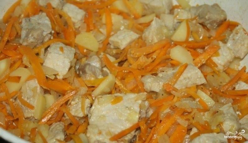 3.Картошку чистим и нарезаем небольшим кубиком, отправляем ее на сковороду к мясу и овощам. Обжариваем все 10-15 минут.